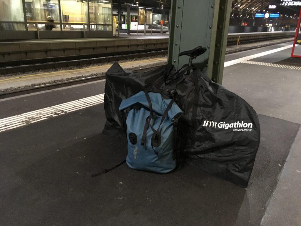 Reisegepäck, einen Rucksack und ein Fahrrad verpackt in einer Tasche